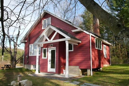 Sweet 1930s Cottage (lake, woods) - Canaan