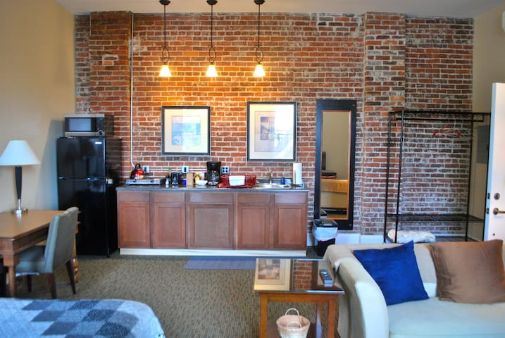 Locally Sourced Bkfst 1.2 mi to Lucas Oil Apt 203 - Indianapolis - Apartment