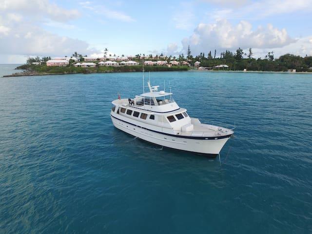 "Vacation aboard the 66' Motor Yacht ""AURELIA"""
