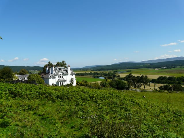 Auchendean Lodge - Farquharson queen dble & single - Dulnain Bridge - Bed & Breakfast