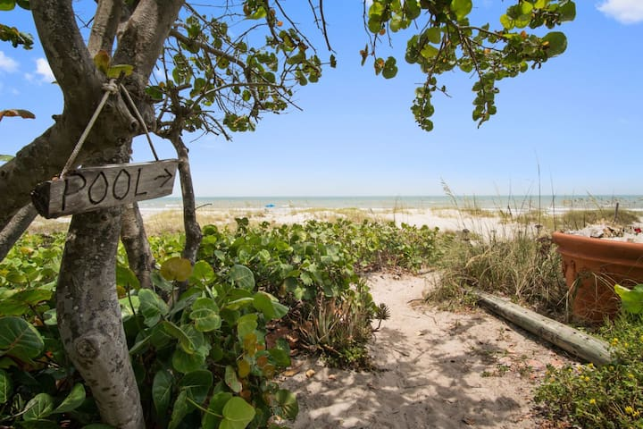 A Tropicial 2BR Oceanside Cottage at Cocoa Beach!
