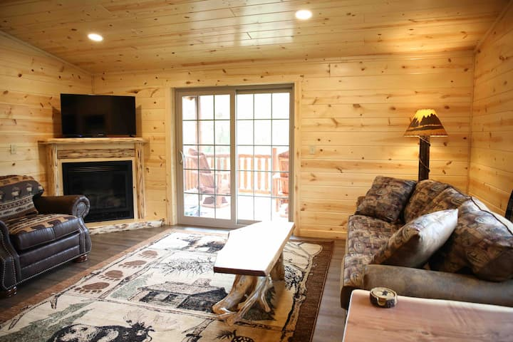 Cozy Lodge Suite with Balcony in Ohio's Amish Country