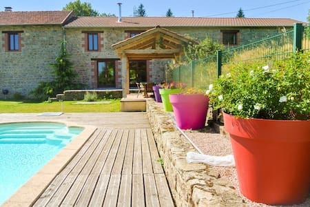 Restored barn in privat domain (3.5 hectares) with pool and 2 lakes