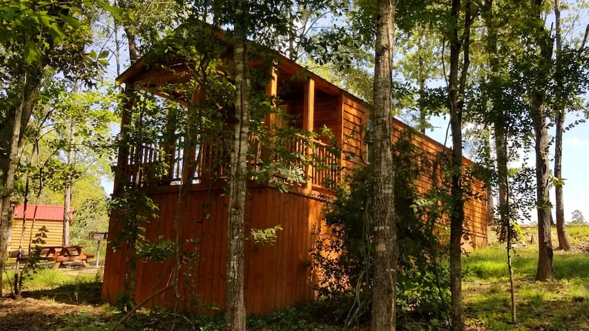 Oak Leaf: Sleeps 5, Tiny Cabin, WiFi, Pet Friendly