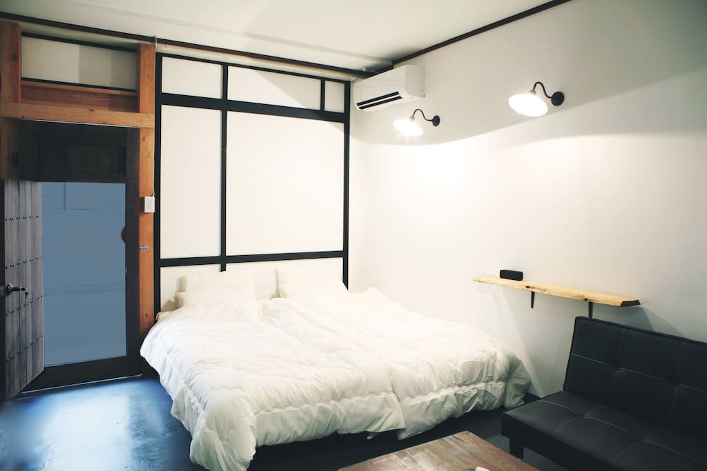 The bed and a sofa bed which is about the width 2m let me offer. 横幅2m程あるベッドとソファベッドをご用意させて頂いてます。