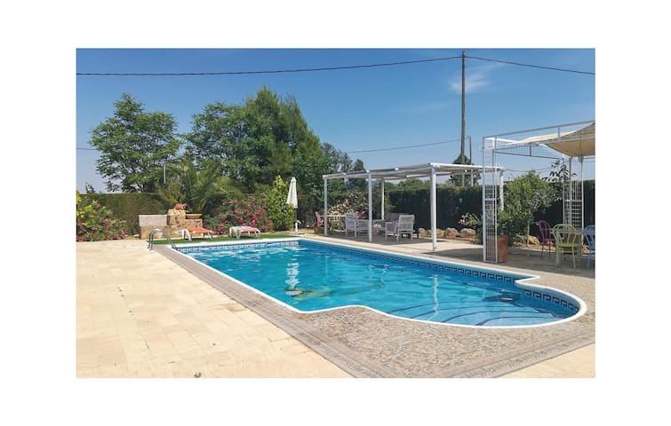 Holiday cottage with 4 bedrooms on 125 m² in Navares