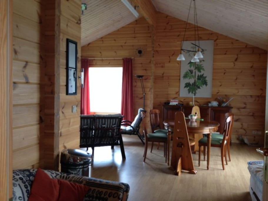 Ruime woonkamer in het Chalet van Fins Grenen hout