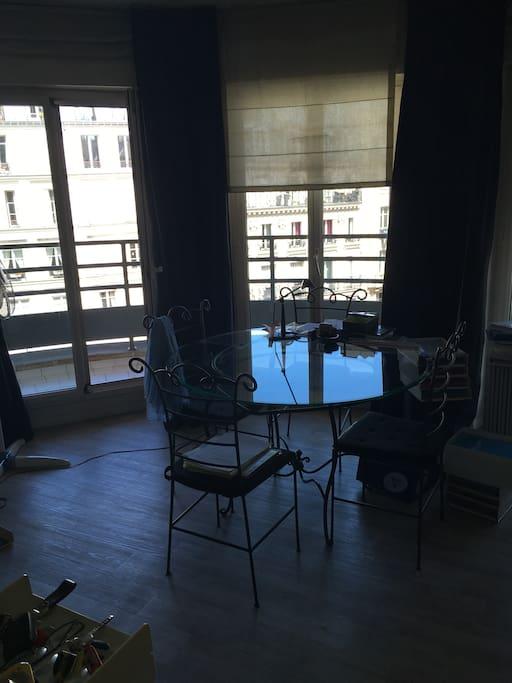 Salon avec table à manger et canapé-lit double