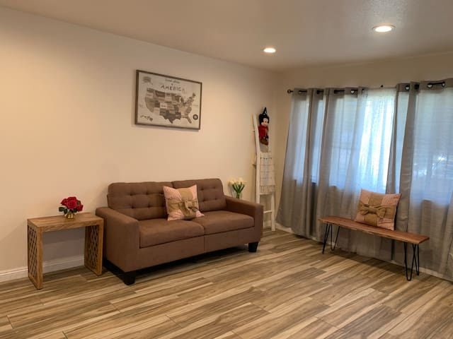 Newly Renovated Los Angeles Single House W/parking