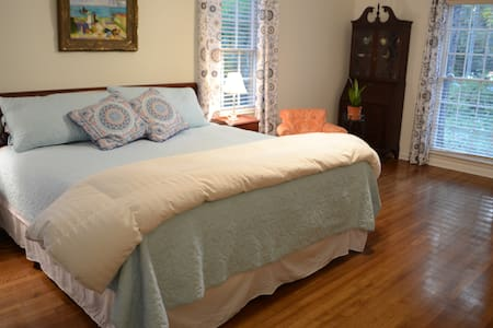 Lovely East Memphis Suite w/Private Entrance