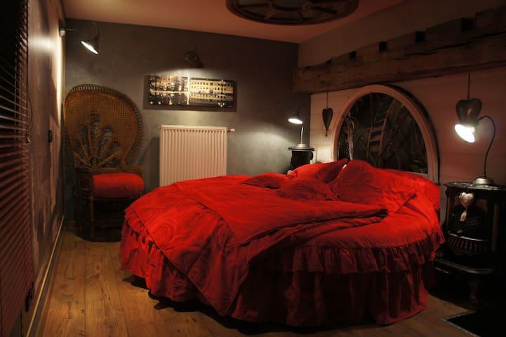 Chambre romantique avec un lit rond