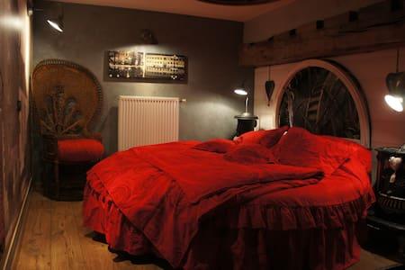 Chambre romantique avec un lit rond - Ferrière la Petite