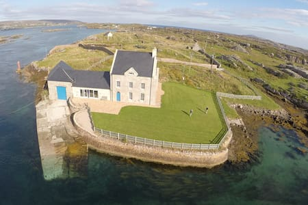 Fabulous historic island eco-house - Burtonport