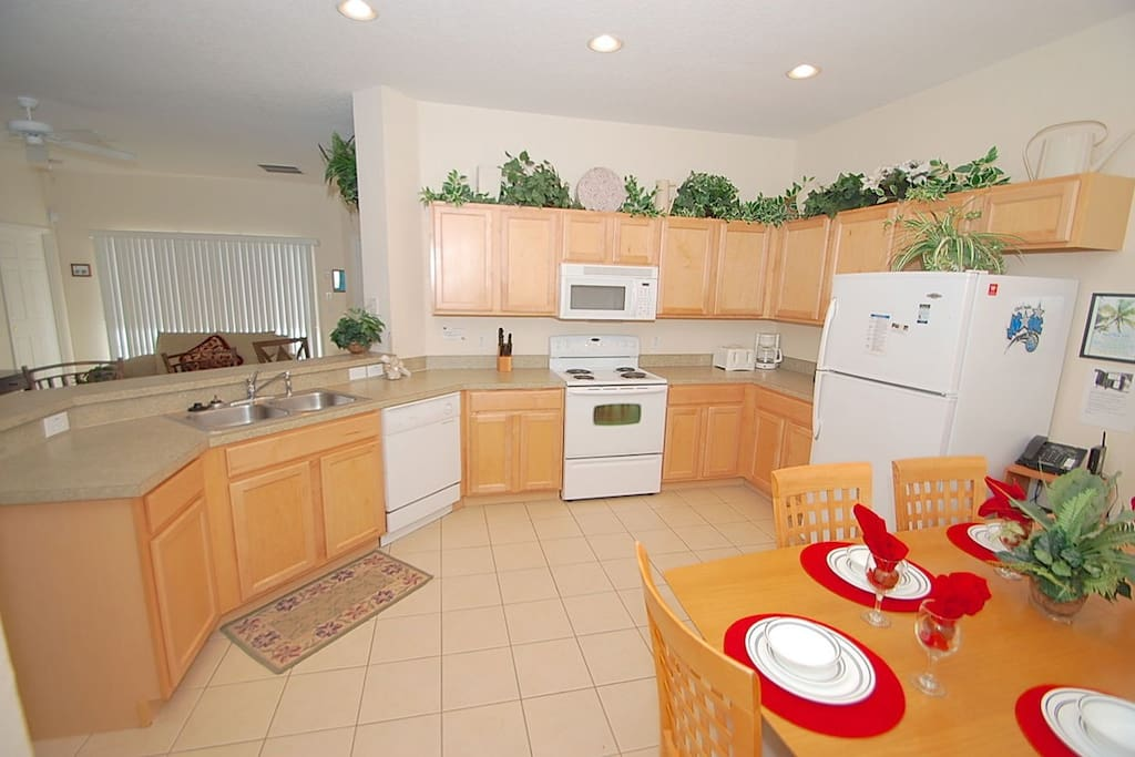 Beautiful eat-in kitchen with Breakfast bar