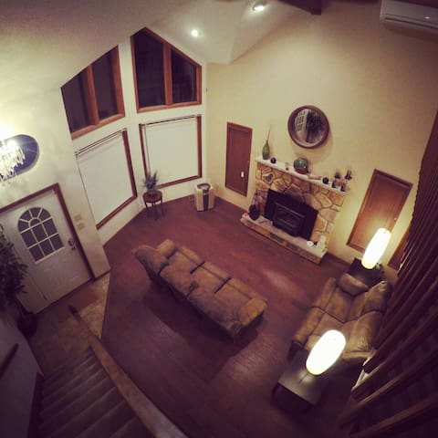 Warm and cozy Contemporary Chalet - East Stroudsburg - บ้าน