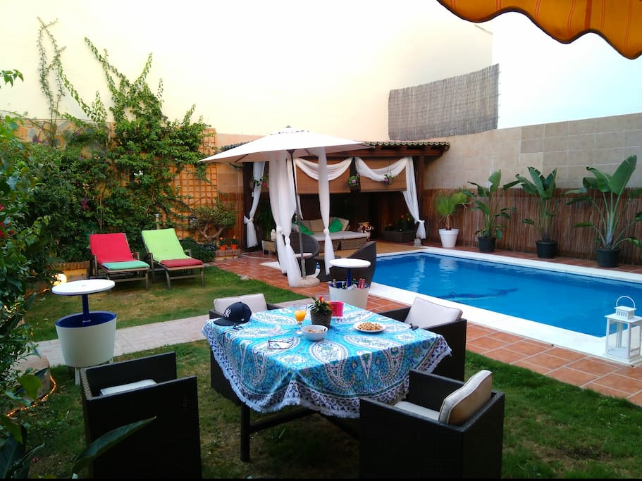 This Villa next dor can been rent room for 30-60 Euro person nigth, seprat for EVENT