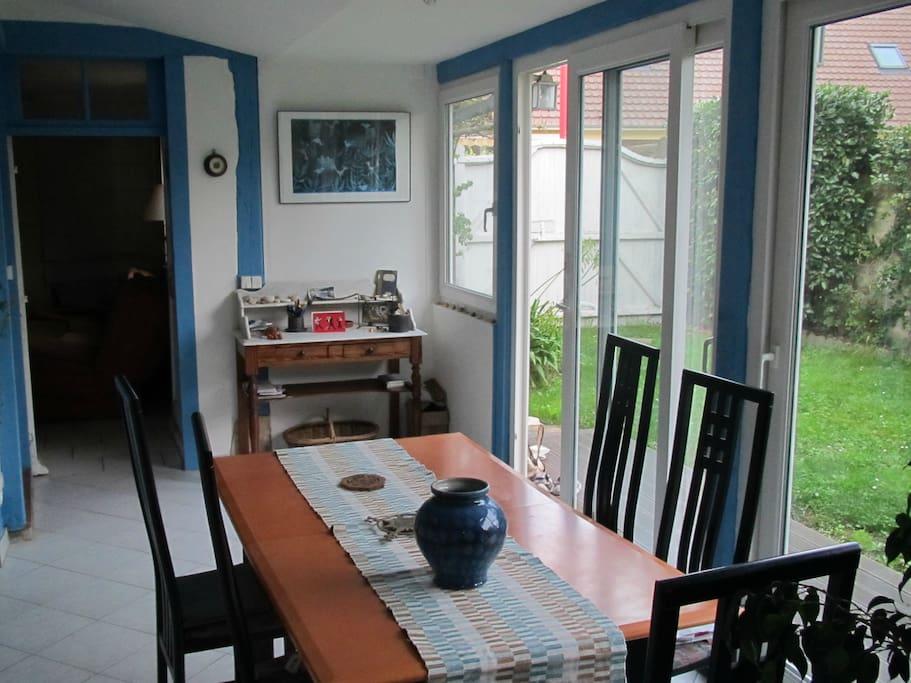pièce à vivre avec grande baie vitrée donnant sur le jardin