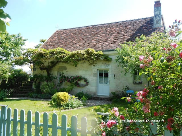 G te au jardin la roseli re houses for rent in perrusson for Au jardin guest house