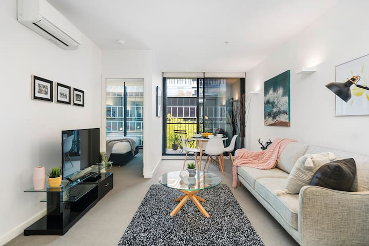 Style PLUS in chic modern Pad *WIFI GYM PARKING