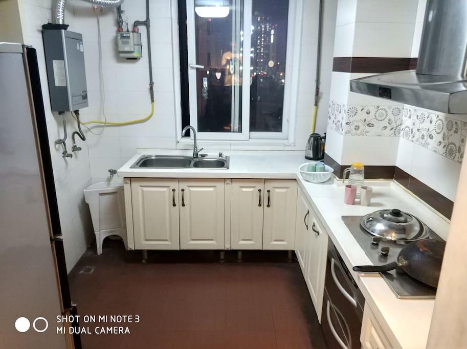 厨房配套:燃气灶/抽油烟机/餐具/调料/橱柜/炊具等,可谓自力更生,丰衣足食,你懂滴