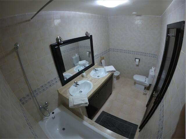 Salle de bain de la chambre parentale.