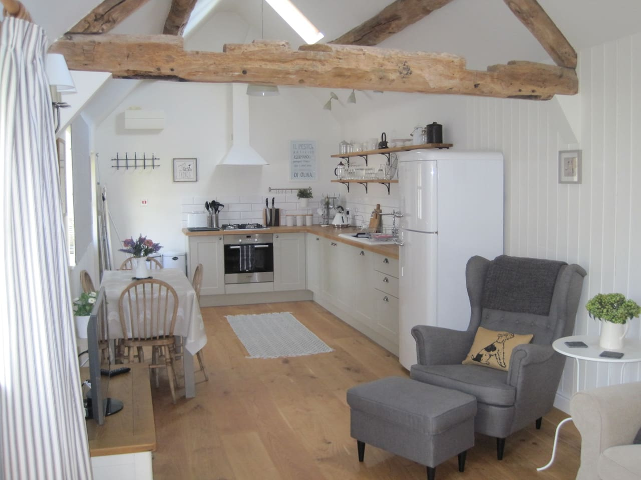 Bright and airy living space with vaulted ceiling and exposed oak beams