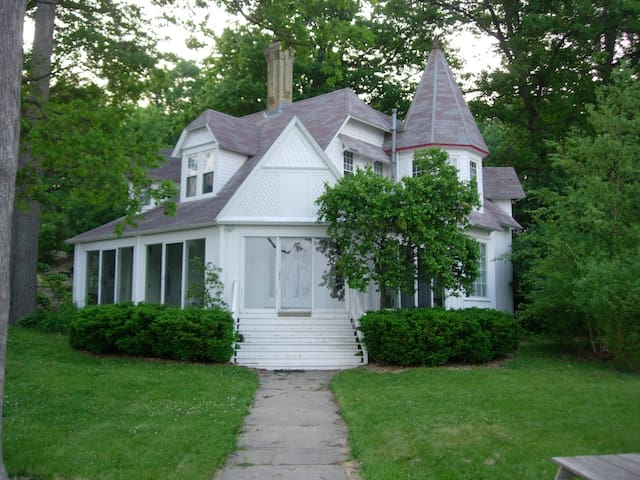 Classic Victorian Lake House - Delavan - House
