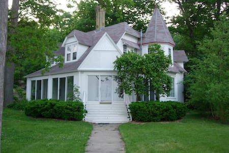 Classic Victorian Lake House - Delavan - House