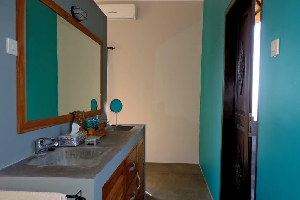 Badkamer, rechts deur naar wc en buitendouche
