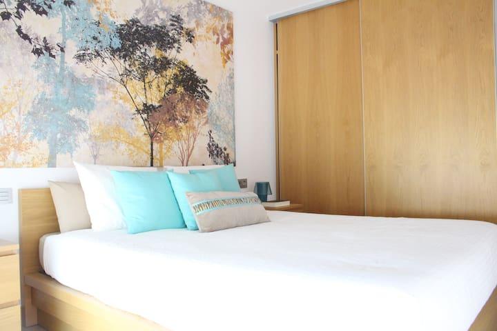 dormitorio principal con cama de 160cm