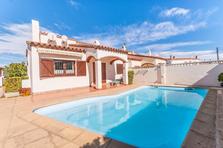 Cosy Holiday Home L'Escala with Swimming Pool
