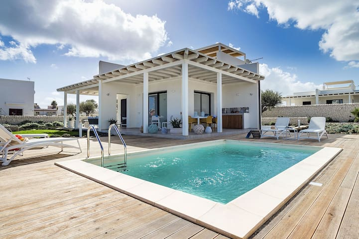 Timo, Villa for 6 People on the Sea with Pool and Jacuzzi