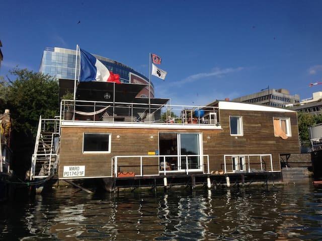 maison flottante sur la seine houseboats for rent in boulogne billancourt le de france france. Black Bedroom Furniture Sets. Home Design Ideas