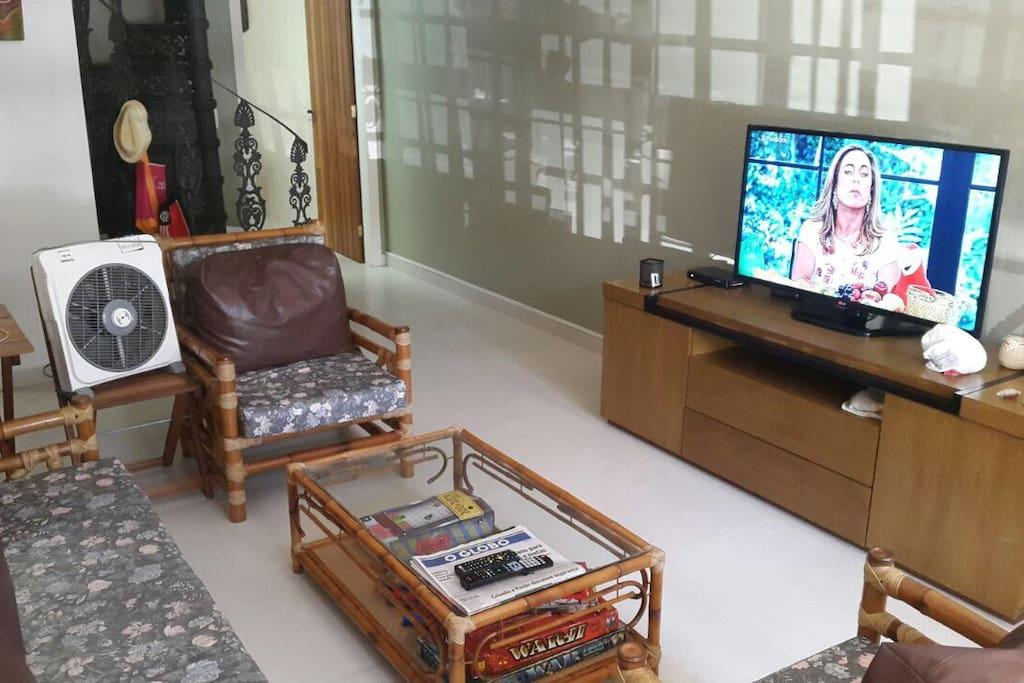 """Sala com televisão 42"""" com TV a cabo"""