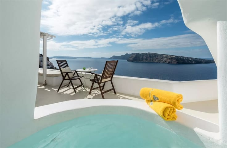 Senior Suite | Outdoor Jacuzzi & Caldera View