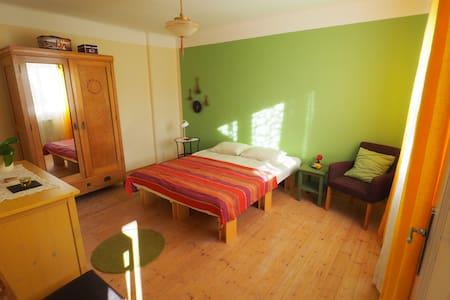 Freundliches Zimmer mit Blick ins Grüne