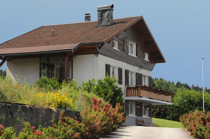 Appartement vue sur le lac calme et agréable - Montperreux - Wohnung