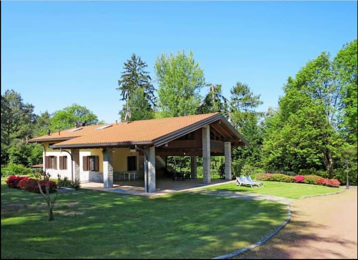 La Costa, cosy attic with garden in Maggiore Lake