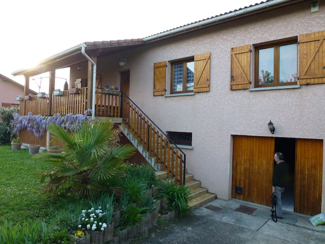 A family home with garden on a small quiet estate - Saint-Priest
