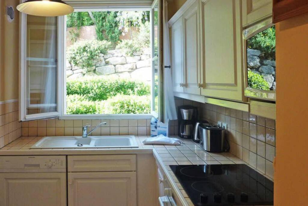 cuisine équipée, lave vaisselle, plaque de cuisson...