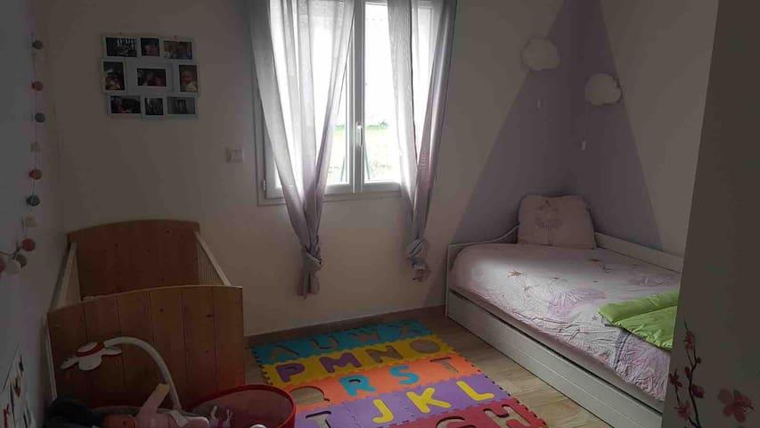 Chambre 2 avec deux lit de  90 par 190 et un lit à barreaux