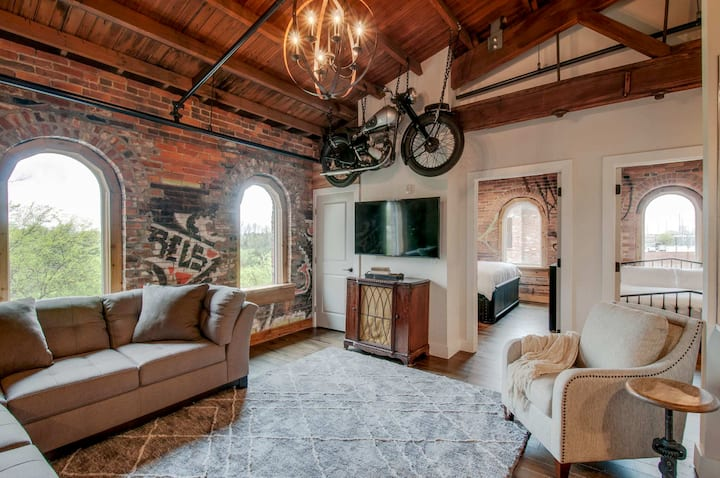 Pristine Historic Industrial Condo 2 miles to DT