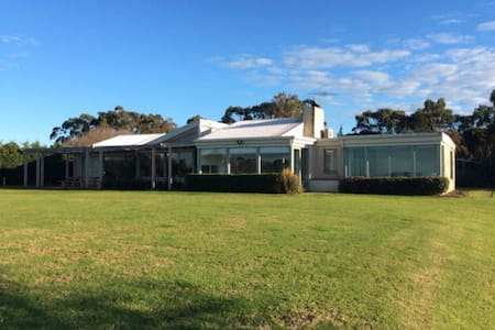 Shoreham/Red Hill beach house farm - House