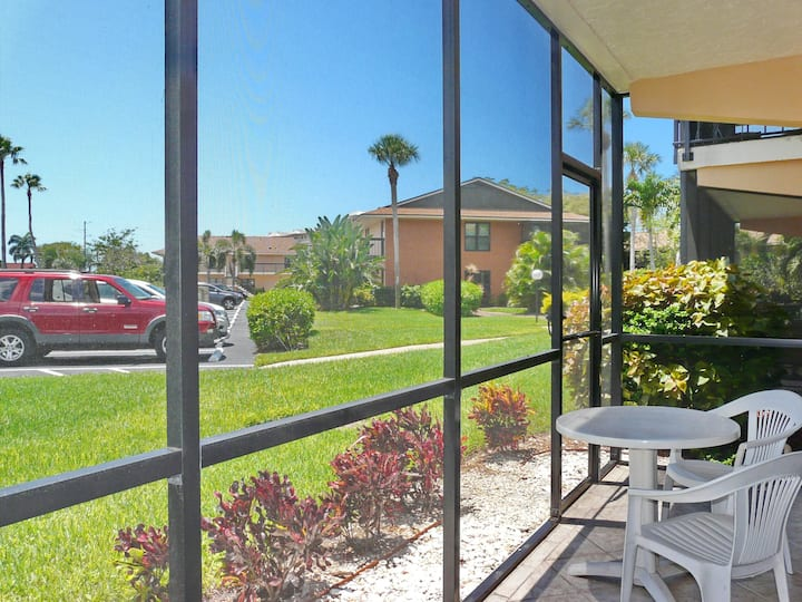 Peaceful condo w/ two heated pools, walk to Resident's beach & restaurants