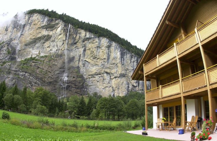 Wonderful garden apartment with breathtaking views - Lauterbrunnen - Apartamento