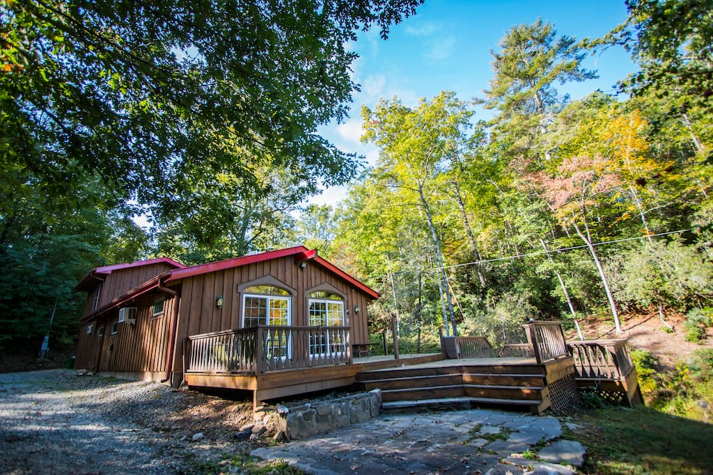 Secluded lakeside retreat pond hiking trails cabins for Cabin rentals near hiking trails