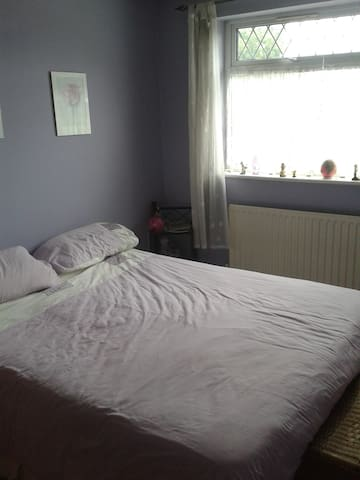 Double room with kingsize bed. - Luton - Huis