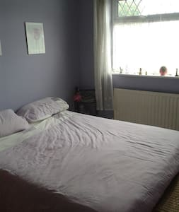 Double room with kingsize bed. - Luton - Haus