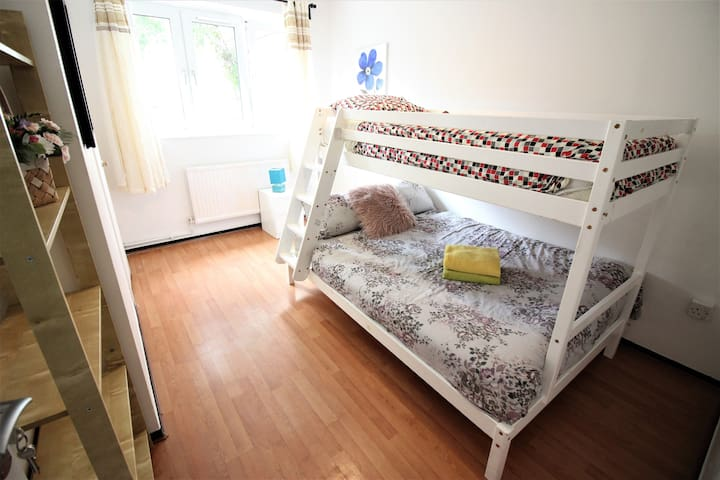 (WEL-C) PRIVATE ROOM FOR 3 PEOPLE NEAR RIVERSIDE