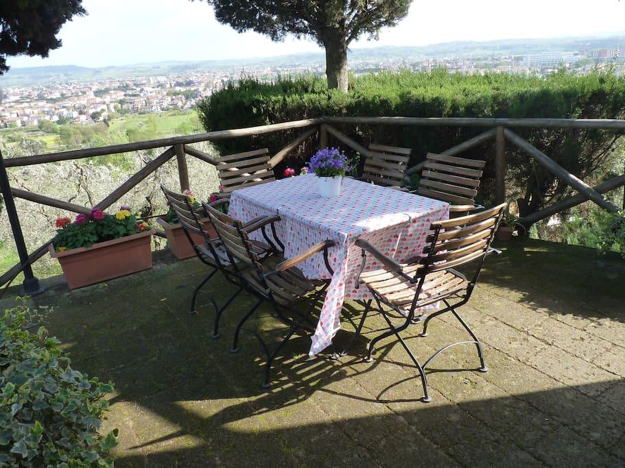 La terrazza per mangiare all'aperto